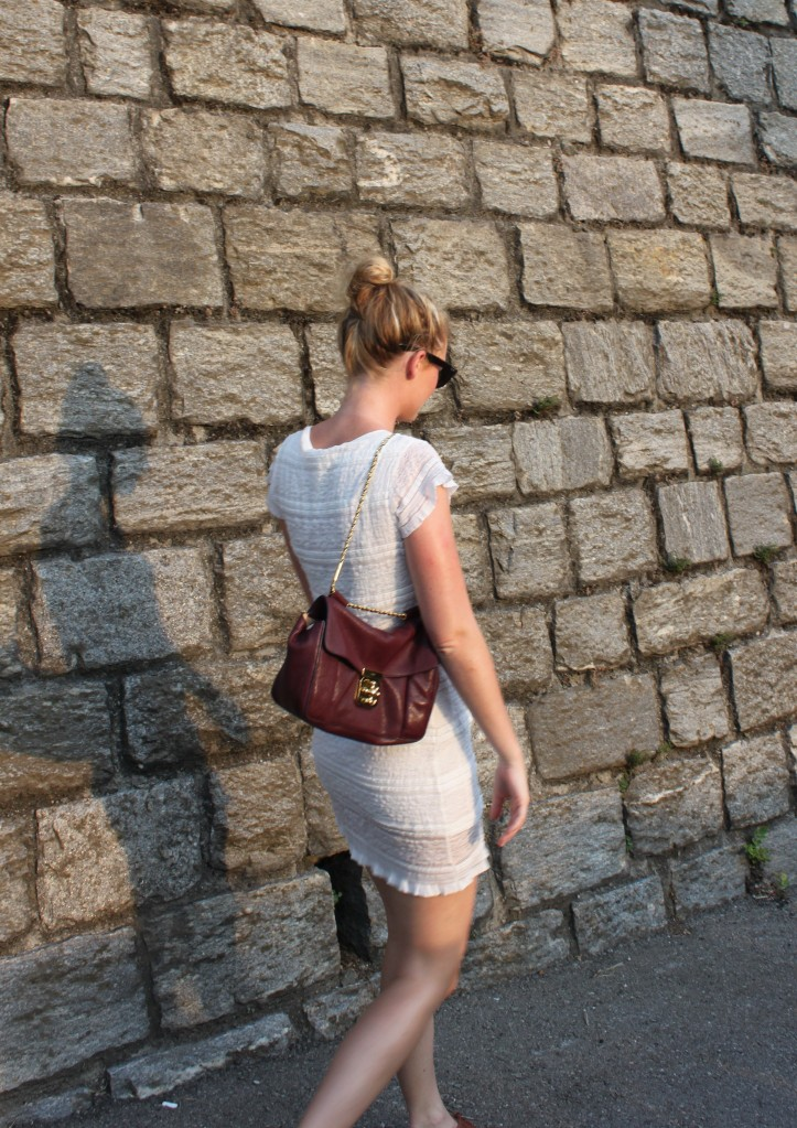 A classic satchel bag like Chloé's Elsie makes this simple outfit all the ...